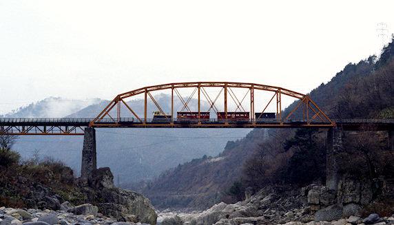 鬼淵鉄橋 木曽川にかかる雄大な鬼淵鉄橋(木曽川橋梁)を渡る客車列車。終点上松はもうすぐだ。鬼淵鉄